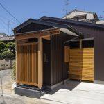 木の格子のある平屋